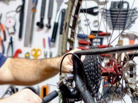 تعمیرکار دوچرخه در محل تعمیرگاه سیار دوچرخه