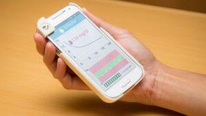 آزمایش قند خون با قاب موبایل